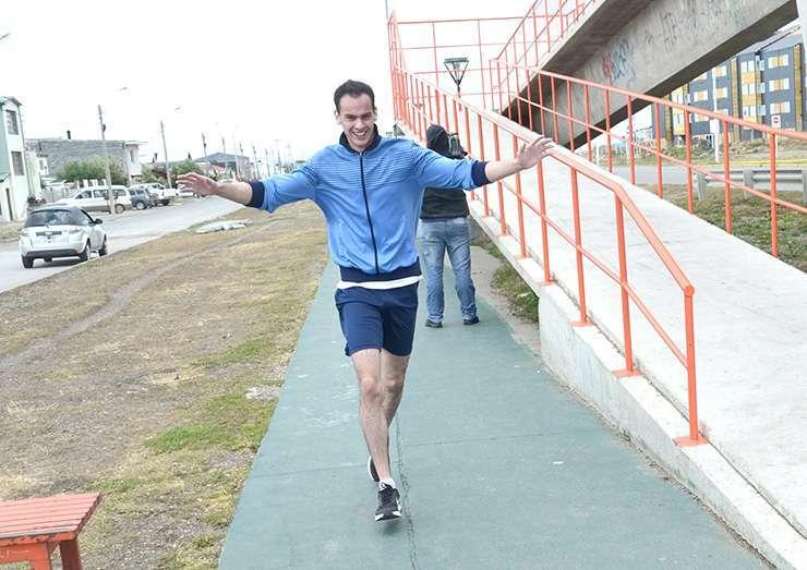 MAYORES A. Lorenzo Vargas arriba a la meta tras los 5 km.