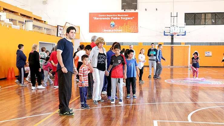 """LOS EXTREMOS. Los más chicos compartieron con los adultos mayores las actividades planificadas en la víspera en el Centro Deportivo Municipal """"Reverendo Padre José Forgacs""""."""