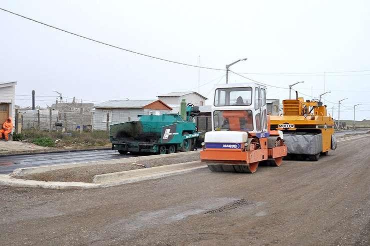 Trabajos de asfaltado de la calle Playero Blanco.