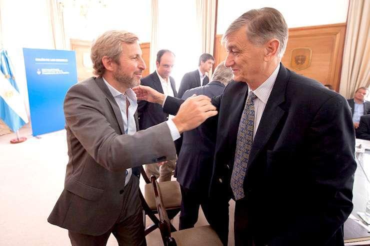 Rogelio Frigerio, ministro del Interior, saluda a Hermes Binner del Partido Socialista.