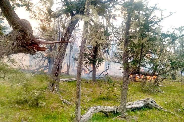 Dos incendios forestales se registraron este domingo. Al cierre de esta edición, uno estaba descontrolado. (Foto: Gentileza: Celicia Zúñiga).