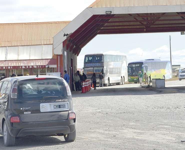 Paso fronterizo de San Sebastián en Chile. Ya comienza el recambio turístico.