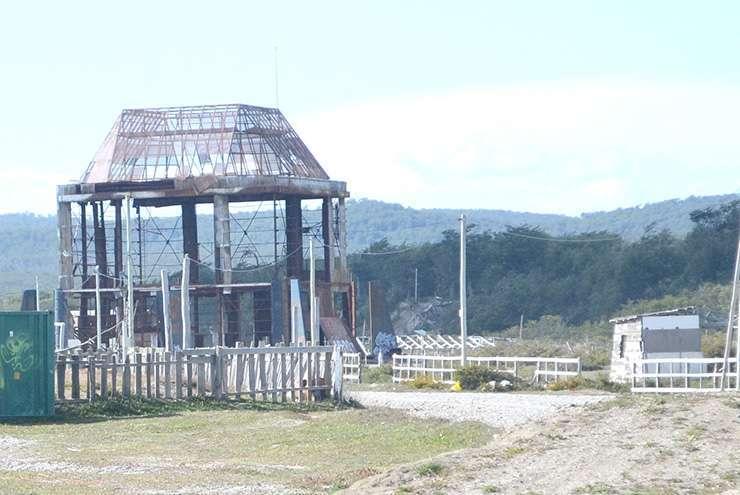 Los restos del eólico, otra imagen fea que se ve en la cabecera del lago Fagnano.
