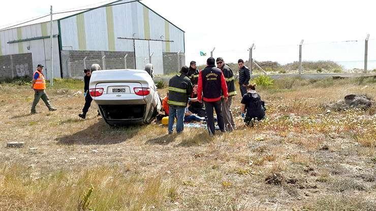 El rescate del conductor del auto siniestrado.
