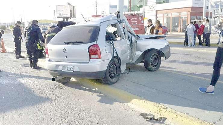 Estado en que quedó el vehículo tras el fuerte impacto contra la columna.