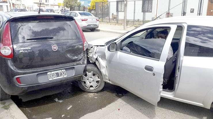 El auto impactó contra otros dos, estacionados.