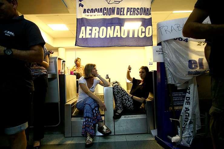 Los trabajadores de Sol, realizaron ayer una protesta en la estación de Aeroparque.