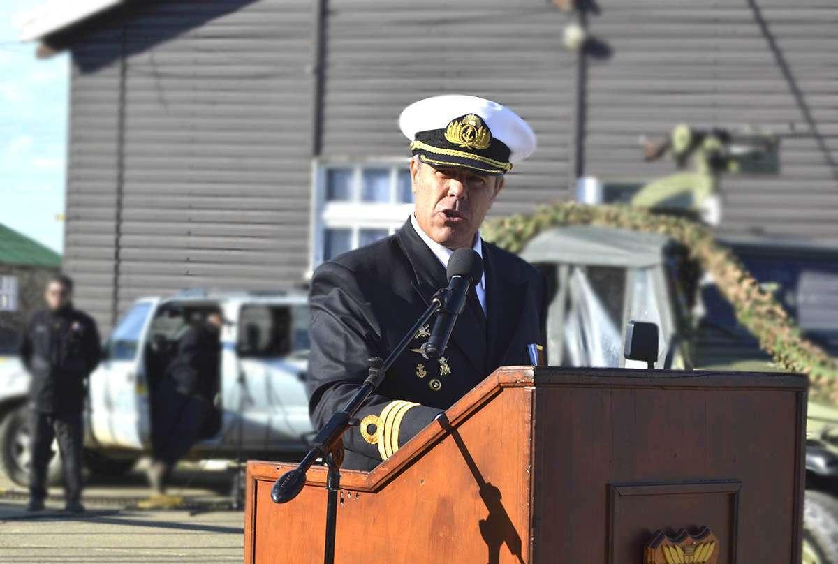 """En su discurso, el capitán de Fragata Gabriel Terza agradeció tanto al personal de la Armada como a la comunidad el """"haber transitado juntos etapas en este destino""""."""