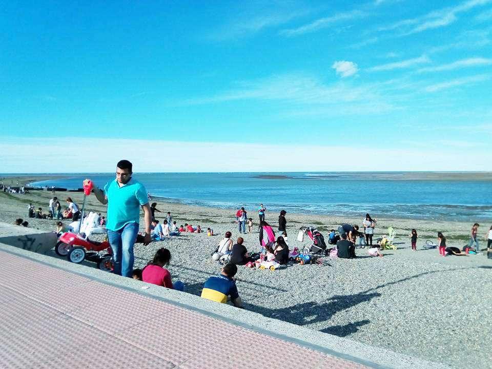 Tarde en la playa de numerosos riograndenses.